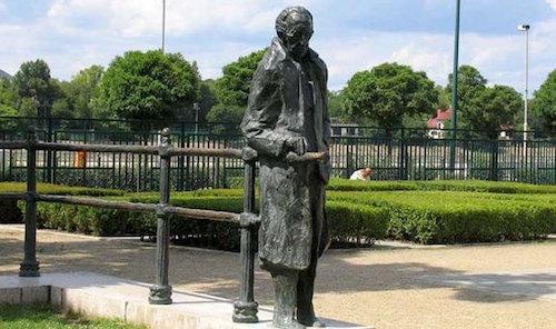 Lukacs_statue-