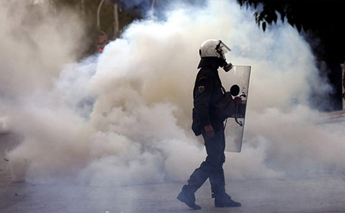 Teargas_policeofficer-
