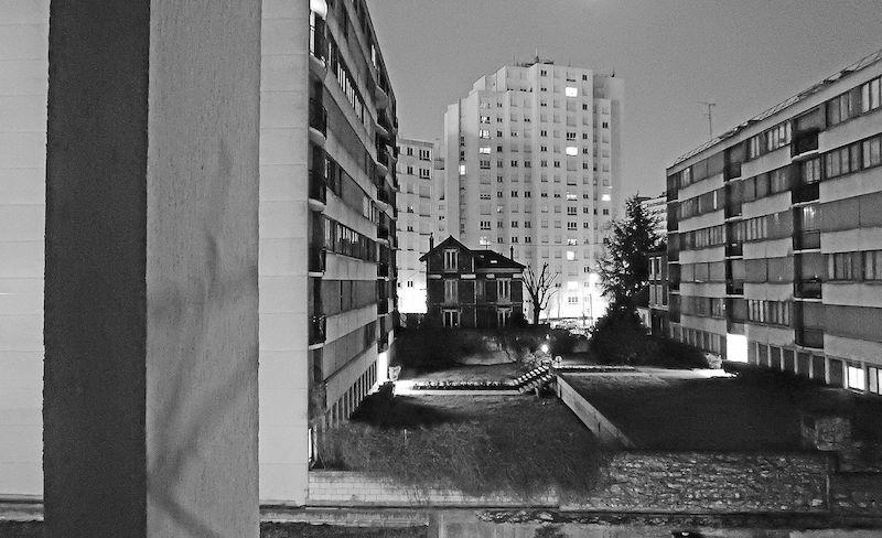 Old_house_isolated_near_pe%cc%81riphe%cc%81rique-