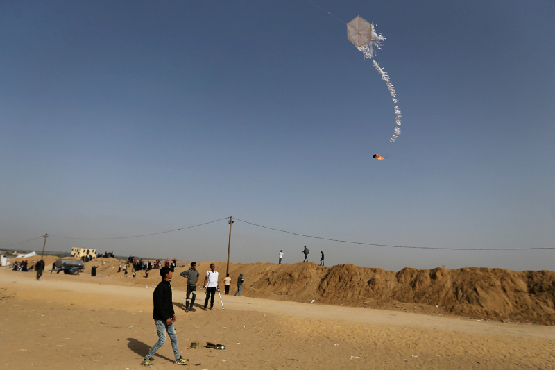 Reuters_palestinians_protest_kite_fire_gaza_20180420-