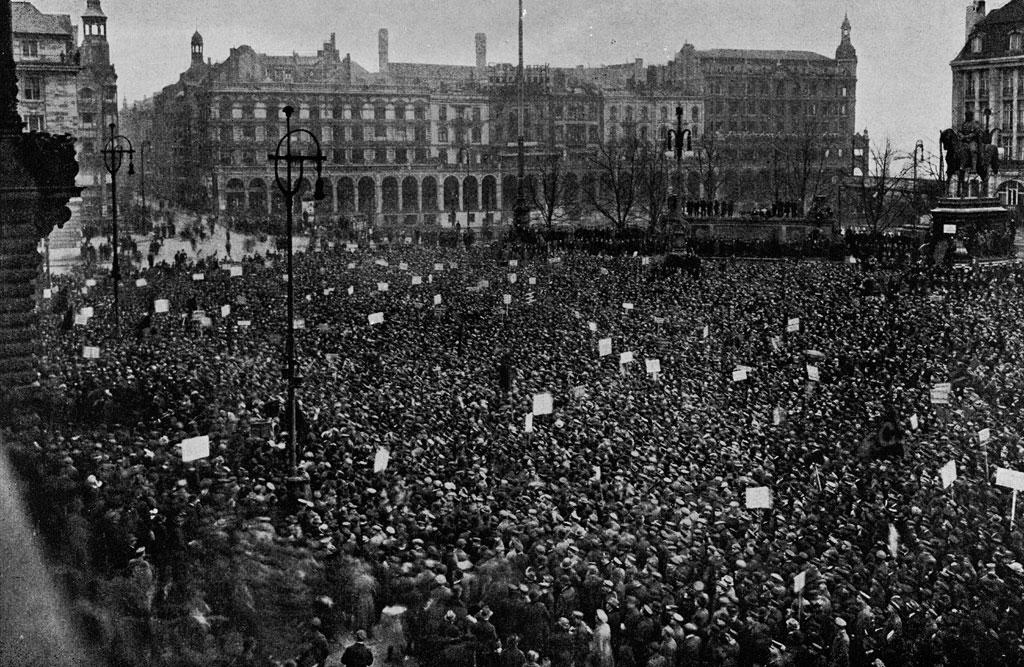Protestkundgebung-auf-dem-rathausmarkt-in-hamburg-gegen-die-ermordung-von-karl-liebknecht-und-rosa-luxemburg-am-18-januar-1919-